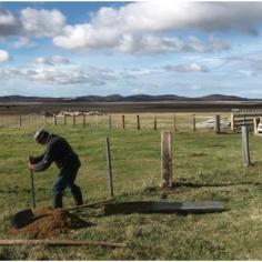 Alambrando en Tierra del Fuego (Fot. Samuel García)